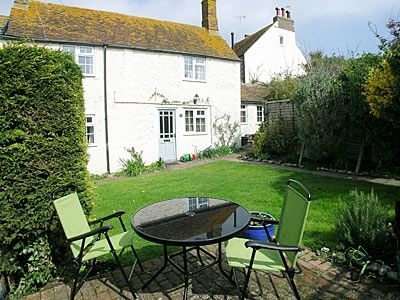 perfect for up to 4 people this self catering holiday cottage near brighton is less than a 5 minute walk from the sea and is centrally located for shops - Cottages For Less